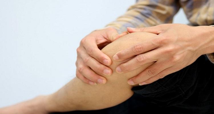 Xoa bóp bằng tinh dầu Đại Phú An giảm đau xương khớp. (Nguồn ảnh: Internet)