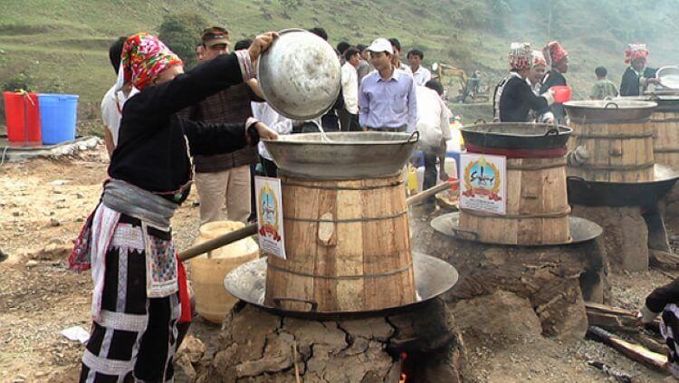 Cách nấu rượu thóc La Pán Tẩn thủ công.
