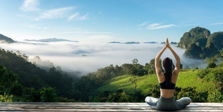 Tập yoga trong bầu không khí trong lành, giúp cơ thể được thư giãn tối đa.