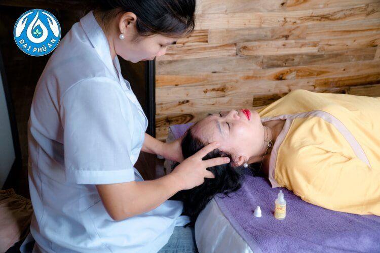 Các chuyên viên trị liệu sử dụng Tinh dầu thực vật Đại Phú An cùng phương pháp trị liệu, xoa bóp thích hợp với từng người.
