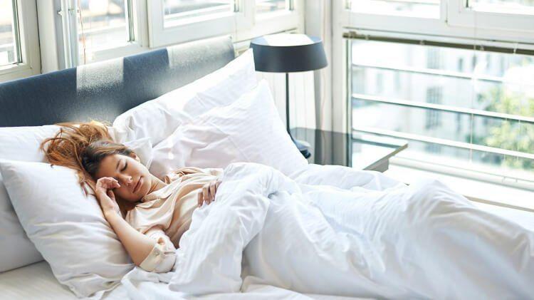 Tư thế nằm ngửa được khuyến khích khi ngủ để có một giấc ngủ ngon.