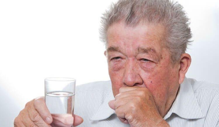 Uống nhiều nước ấm cũng rất tốt cho cổ họng.