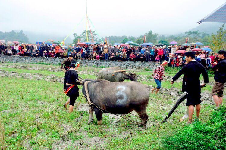 Lễ hội Lồng Tồng là lễ hội xuống đồng của người Yên Bái.