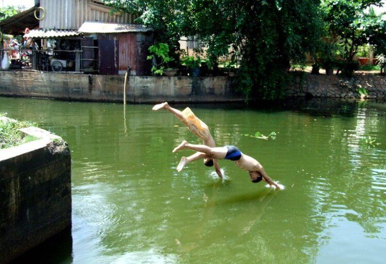 Ao, hồ tự nhiên là nơi các em thỏa thích bơi lội ngày hè nắng nóng.