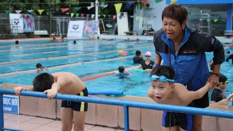 Cần tổ chức các khóa học kỹ năng bơi và thực hành xử lý tình huống dưới nước cho trẻ.