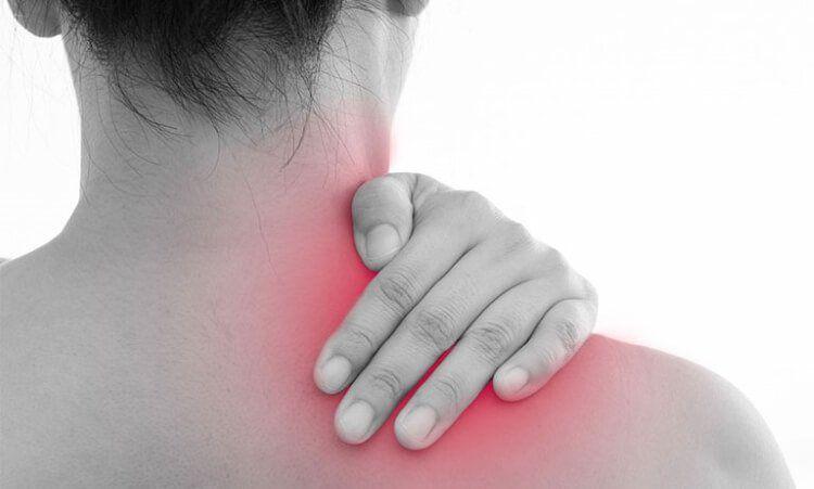 Đau vai gáy gây ra những khó khăn trong vận động thường ngày
