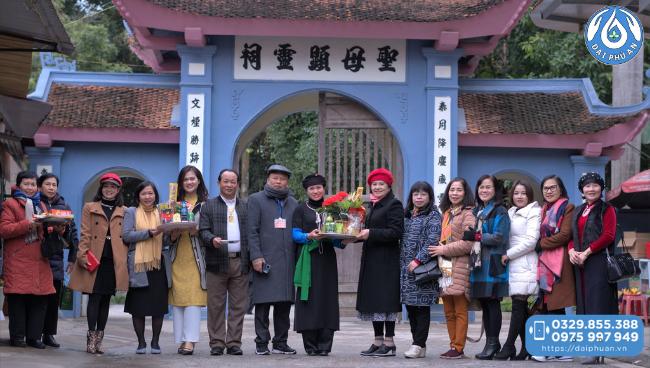 Thăm quan đền Đông Cuông